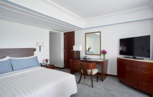 A bed or beds in a room at The Peninsula Manila (Staycation Approved)