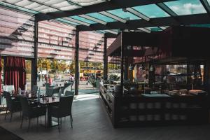 Ein Restaurant oder anderes Speiselokal in der Unterkunft Park Inn by Radisson Berlin Alexanderplatz