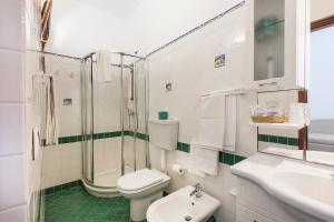 A bathroom at Hotel Orsa Maggiore