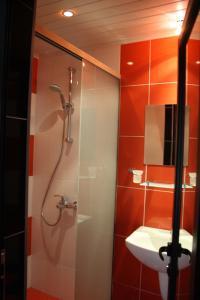 A bathroom at Gran Via