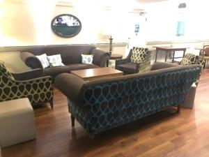 A seating area at Cadmore Lakeside Hotel