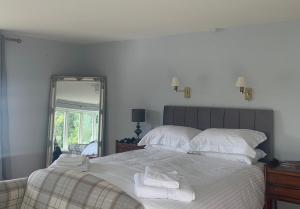 A bed or beds in a room at Cadmore Lakeside Hotel