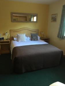 A bed or beds in a room at Deveron Lodge Guest House