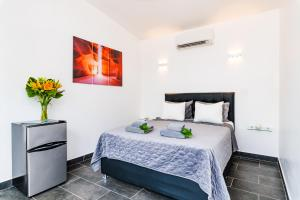 A bed or beds in a room at In the Shade Hotel - Coworking - Adults Only
