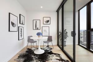A seating area at Luxuria Apartments - Avant