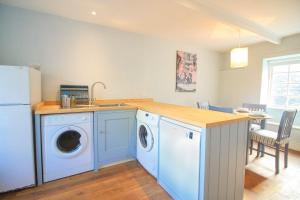 A kitchen or kitchenette at Crugsillick Court