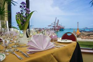 A restaurant or other place to eat at Grand Oriental Hotel