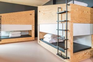 Våningssäng eller våningssängar i ett rum på JO&JOE Paris Gentilly