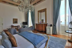 A bed or beds in a room at Imperiale Palace Hotel