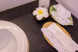 A bathroom at Gusto Pratunam Hotel