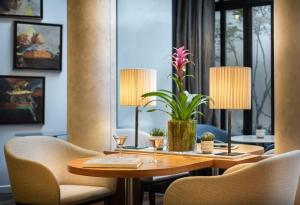 A restaurant or other place to eat at Hôtel Le Walt