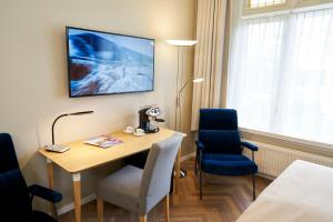 A television and/or entertainment centre at Hotel Van Walsum