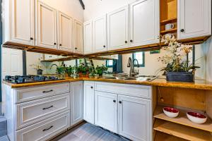 A kitchen or kitchenette at 2B Cottage at Saunders Beach