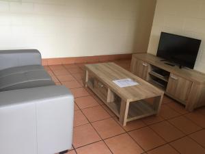 Телевизор и/или развлекательный центр в Koala Beach Resort Cairns