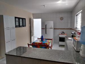 A kitchen or kitchenette at Casa de Praia