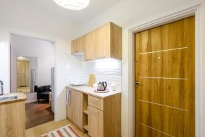 Virtuvė arba virtuvėlė apgyvendinimo įstaigoje Zamiany Rooms, metro Ursynow by 404 Rooms & Apartments