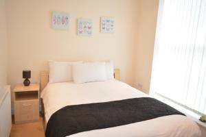A bed or beds in a room at Newbury Serviced Apartments