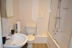 A bathroom at Newbury Serviced Apartments