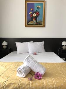 Un pat sau paturi într-o cameră la London Hotel