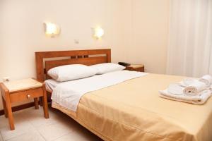 Ένα ή περισσότερα κρεβάτια σε δωμάτιο στο Ακρογιάλι Ξενοδοχείο & Βίλλα