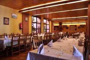 A restaurant or other place to eat at Aparthotel Tres Caminos