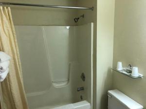 A bathroom at Exxon Quik Stop & Motel