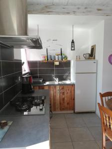 A kitchen or kitchenette at Contre Vents et Marais