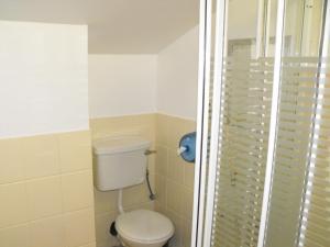 A bathroom at Hazelbrook Lodge