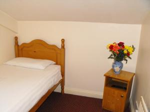 A bed or beds in a room at Hazelbrook Lodge