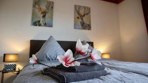 Een bed of bedden in een kamer bij Ferienhaus Blick auf Dedenborn