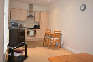 A kitchen or kitchenette at Newbury Serviced Apartments