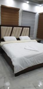 A bed or beds in a room at Atoom Hotel