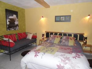 A bed or beds in a room at Domaine des Escouanes