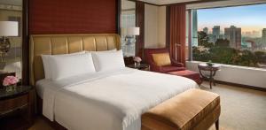 سرير أو أسرّة في غرفة في فندق شانغريلا كوالالمبور