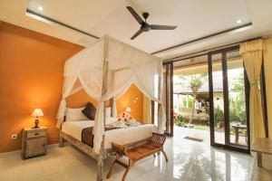 A bed or beds in a room at Pondok Kutuh Guest House