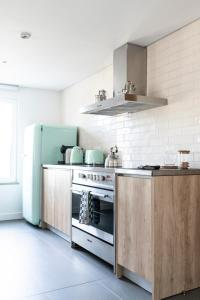 A kitchen or kitchenette at Craveiral Farmhouse by Belong
