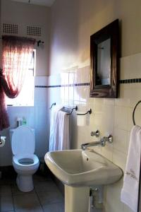 A bathroom at Ons Dorpshuis Guesthouse