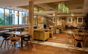 A restaurant or other place to eat at ICON BCN by Petit Palace