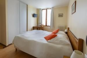 A bed or beds in a room at Hotel Restaurant des 4 Ecluses
