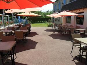 A restaurant or other place to eat at Hotel Restaurant des 4 Ecluses
