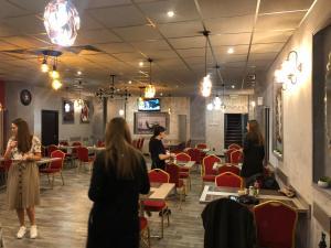 Un restaurant sau alt loc unde se poate mânca la Corner Center Rental