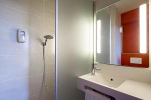 A bathroom at B&B Hôtel ORLY CHEVILLY Marché International