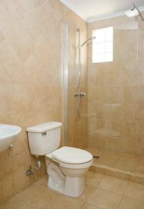 Um banheiro em BEAUTIFUL HOUSE WITH PRIVATE POOL IN GOLD COAST