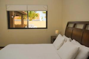 Cama ou camas em um quarto em BEAUTIFUL HOUSE WITH PRIVATE POOL IN GOLD COAST