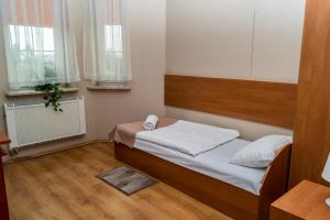 Łóżko lub łóżka w pokoju w obiekcie Dworek Zacisze