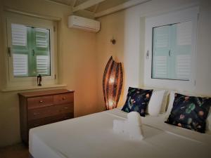 Cama ou camas em um quarto em Landhuis Klein Santa Martha Boutique Hotel Restaurant.