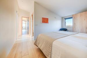 A bed or beds in a room at Kerbyggd: Luxury house and cottage in golden circle