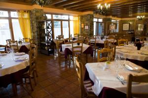 A restaurant or other place to eat at Valle de Aísa