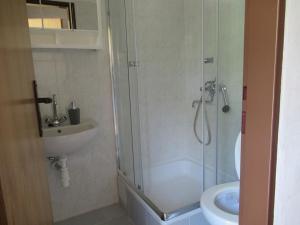 A bathroom at Sportcamp Rolík