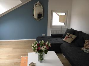 A seating area at Fantastic Penthouse-Apartment 72 sqm 10min to Messe